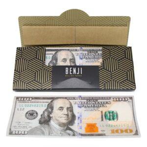 Benji rolling paper, paquete abierto con un papelillo afuera